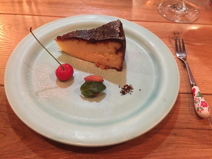 サクランボやナッツの盛り付けがかわいい「Estación (エスタシオン)」のバスクチーズケーキは、芳醇な味わい。ヤギのチーズやブルーチーズなど、その時々で使用するチーズをかえているのだそう。訪れるたびに変化を楽しめますね。