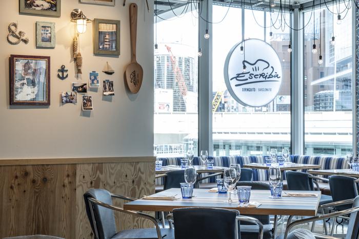 渋谷ストリーム3階にある「XIRINGUITO Escriba(チリンギート エスクリバ)」は、スペイン発のパエリアとシーフードが美味しいレストラン。青を基調にした開放的な空間が広がります。