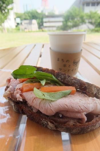 こだわりの具材がつまったサンドイッチは、パン好きの人々から常に注目の的となっている「パーラー江古田」の原田浩次さんが監修。毎日、江古田のお店から仕入れられるパンを使って、日替わりの4種類が店先に並べられます。