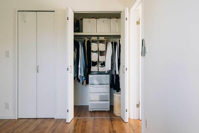 ミニマルな雰囲気を高めるためには、収納は断然、見せない派で。生活感のあるアイテムは、クローゼットや棚の中に隠してしまいましょう。棚の上や床、壁などのアイテムもできるだけ最小限に。見える範囲にあるアイテムを減らすことで、見せたいアイテムがより際立ち、空間の魅力がアップします。