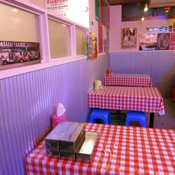 お店の中は、タイの屋台のように簡易的で機能的。ポップな色合いがかわいらしく、なんだか明るい気分になれます!
