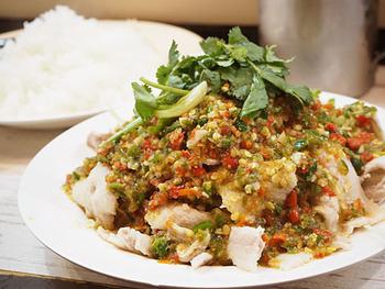 料理は激辛なものが多めです!こちらは「ムーマナオ」といって、山盛りのキャベツに豚肉をのせ、唐辛子の辛酸っぱいソースをかけたもの。これもピリリと辛味がきいています。
