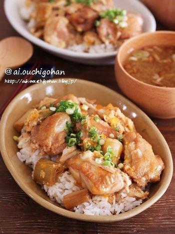 鶏もも肉の皮を焼いて焦げ目をつけ、すき焼きの要領であまじょっぱい出し汁で煮ます。 焼き鳥とすき焼き両方の魅力が味わえる♪