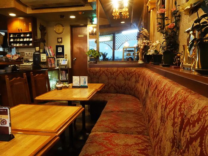 荻窪駅南口を出てすぐにあるビルのい2階にあるレトロなお店。散策をはじめる前に、まずはエキチカでさくっと朝ゴハンを食べてパワーをチャージする、というプランもオススメです。