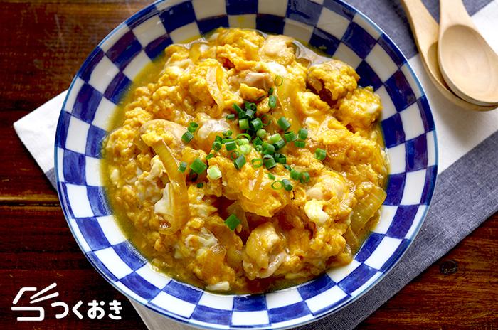 調味料の分量は大さじ1.5とすべて同量。親子丼を想定してのことで、少し濃いめの味付けになっています。 「〈鶏肉とたまねぎの卵とじ〉単体で食べるときは、それぞれの調味料の分量を大さじ1にすると、ちょうどよい濃さになると思います。」by作成者のnozomiさん。