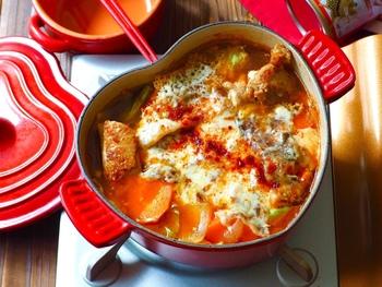 タッカルビとは、鶏肉とにんじん、玉ねぎなどの野菜を焼いた韓国料理のメニューです。甘辛いコチュジャンがベースになっています。  そのタッカルビを、鍋にアレンジ。「じゃがいも・人参・玉ねぎ」と、たっぷりの鶏肉を、コチュジャンとチーズで味付けししていて、食欲を刺激すること間違いなし!  食べ応えのある味がすきな男性も、きっと大満足。