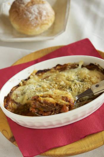 しっかりお腹にたまるジャガイモのグラタンです。  ジャガイモを薄くスライスして敷き詰めたら、玉ねぎ・人参も入れてつくったミートソースをのせて、さらにジャガイモスライスをのせて・・の繰り返し。  このレシピではじゃがいもは生のままお皿に並べていますが、ジャガイモをレンジで温めて、軽く火を通してからお皿に並べていくのもおすすめ。かなり時短で焼き上がりますよ。  溶けたチーズ、ミートソースのひき肉の旨味、トマトの酸味が、じゃがいもと、ベストマッチ。ふうふうしながら熱々を頂きたいですね。