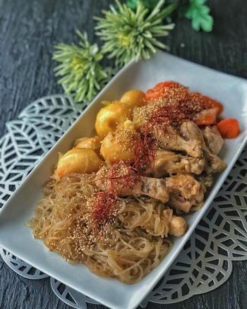 韓国料理の、鶏の甘辛煮です。「じゃがいも・人参・玉ねぎ」と、手羽元、春雨を煮込んで作っています。  韓国の春雨は日本の春雨と違ってもちもちとしているので、じゃがいもと一緒に食べると、腹持ちがよいですよ◎ 甘辛い味付けはご飯ともよく合い、食がすすみますね。