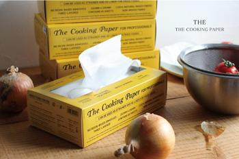 油分や水分は、ネイルチップの大敵!チップをつける前に、除光液や手指用のアルコール、エタノールなどをキッチンペーパーに取り、爪の表面や周りを拭き取っておきましょう。