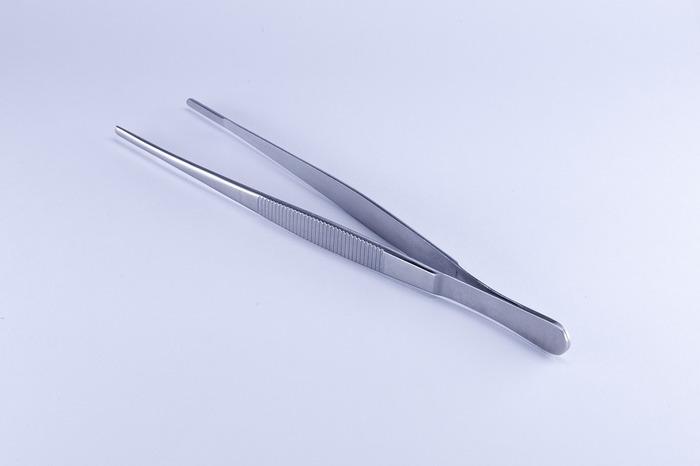ネイルチップの装着は、なるべくピンセットを使うのがおすすめ。チップや両面テープに皮膚が触れて、余計な油分や水分がつくことを防いでくれます。