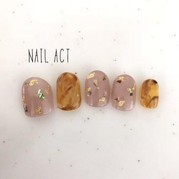 シンプルな色づかいながらも、キラリとセンスが光るデザインが目を引く、「nail act」のチップ。ほんのりかわいいニュアンスカラーとべっ甲の組み合わせは、柔らかな女性らしさが。
