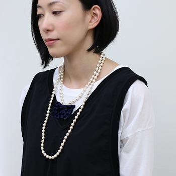 また、2連や3連パールなど、アクセサリーそのものが目立つようなネックレスや、大粒のパールのネックレスを身につけるのもオススメです。