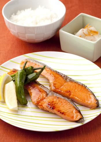 【鮭の照り焼き】 朝食の定番、鮭は『赤』の食材です。塩焼きに飽きたら、たまにはこんな照り焼きはいかがですか?