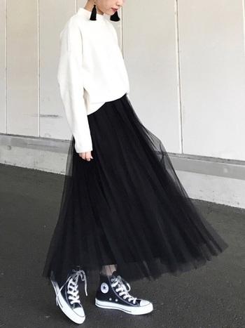 白のスウェットには黒のフリンジピアスを♪ ボトムはチュールスカートにスニーカーといった、スポーティ×フェミニンな相反する雰囲気のMIX感が絶妙です。