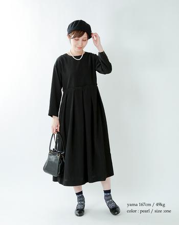 美術館にお出かけしたくなるようなブラックコーデ。ワンピースにベレー帽、バッグ、バレエシューズを黒で統一して、仕上げはシンプルな一連パールネックレスで可愛らしく上品に。