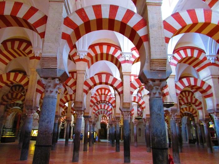 イスラム教の礼拝堂モスクとキリスト教の大聖堂カテドラルが調和し同居している非常に珍しい空間メスキータ。円柱の森と呼ばれる赤白のアーチをはじめ、2つの宗教要素が混在するこの建築美は、世界の中でもここにしかありません。