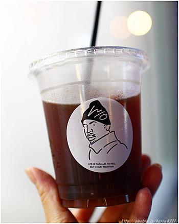 メニューはエスプレッソやラテなどのコーヒー系のメニューはもちろん、レモネードなどのソフトドリンクメニューやアルコールメニューまで幅広く、カスタマイズ用の追加オプションもあります。 そしてカップのデザインがクール♪この男性のイラストは店舗毎に違うのだそう。
