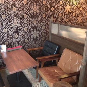 広間でもちょっぴり薄暗い店内。壁紙やテーブル・椅子に至るまで昭和レトロ感満載!