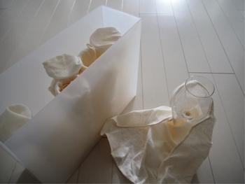 背の高い吊り戸棚にも、シンク下にもおすすめな書類ケースでの収納です。  書類ケースはワイングラスを入れるのにちょうどよい幅。 グラスを布で包んでおけば、埃よけにもなります。