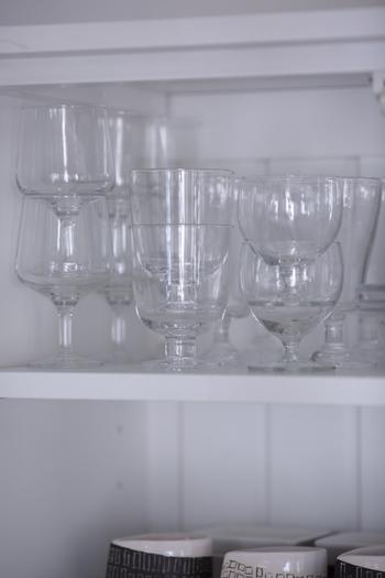 食器棚でスタッキングできれば、仕切棚がなくてもたくさん収納できますね。  小ぶりでリーズナブルなワイングラスは、種類もたくさんありますよ。