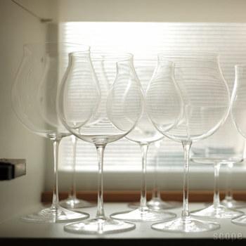 型やデザインの美しいこだわりのワイングラスは、見せる収納にしても素敵です。  サイズ違いで置く場合は、手前に小さいサイズがくるよう配置すると、バランスよく並べられます。