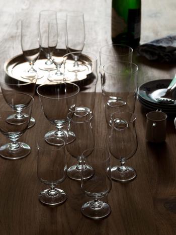 ワイングラスは型もデザインも様々。  ワインによってワイングラスを選んだり、他の飲み物を入れたり、デザートグラスとして使ったりと、食卓を盛り上げてくれるアイテムです。