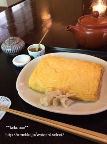 こちらでは、蕎麦以外の隠れた人気メニューも! 出汁の効いた「玉子焼」は、味のしっかり付いていて、しっとり。蕎麦に合う日本酒も品揃え豊富なので、玉子焼をおつまみに、昼飲みしているお客様も多いんだとか。