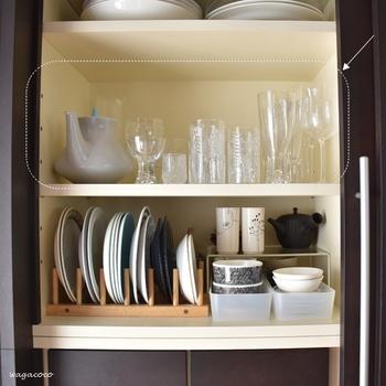 食器の収納は、カテゴリーごとに分けることで、まとまりやすく使いやすくなります。 ワイングラスはグラスといっしょに並べてみましょう。  背の高いワイングラスは端に並べると、見た目のバランスもよく、取り出しやすくなります。