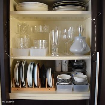 奥行きがある食器棚では、仕切棚の下にケースを入れ、グラスを並べても◎ ケースを使うと引き出せると取り出しやすく、より便利になります。