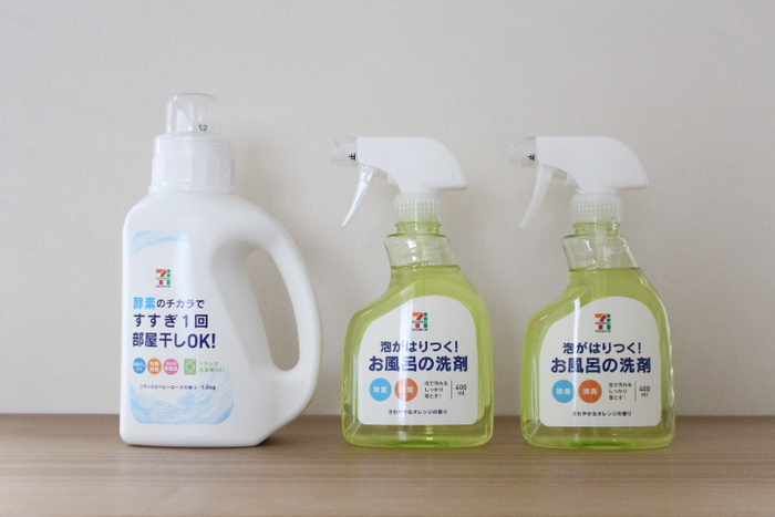 いつも使っている市販の洗剤、生活感のあるものが多いですよね…。 そんな時、まずひとつめのアイデアは、好きなボトルを購入し、付いているラベルを剥がしてしまう方法。 一番左側のボトル、ボディもキャップ部分もホワイト一色で、とってもシンプルで使いやすそうですよね!