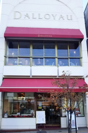 フランスを代表する食品会社のひとつである「ダロワイヨ」。創業の歴史は、ブルボン王朝が全盛期を迎えたヴェルサイユ宮殿時代から始まります。第2次世界大戦後、その名をさらに有名にしたのがチョコレートケーキの「オペラ」。このお店が発祥なんですよ。フランス国外で初の出店となった自由が丘店は、1982年にオープンしました。