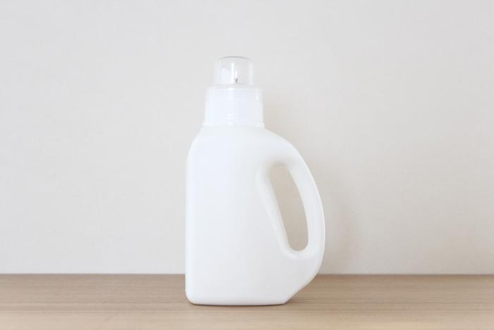 実際に、こちらのブロガーさんは、洗剤容器のラベル部分を剥がして、使用。(ラベルが剥がしにくい場合には、スチールたわしでこすって印刷部分だけを落としてもOKだそうです。) この方法なら、あらためてボトルなどを購入せずに、真っ白でシンプルなランドリーボトルが完成しちゃいます!