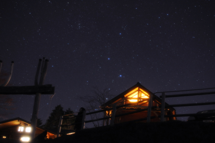 """「堂平天文台""""星と緑の創造センター""""」は、標高875.8mの堂平山(どうだいらさん)の山頂にあり、関越道東松山IC、または嵐山小川ICから車で1時間ほどで到着します。日帰りはもちろん、ログハウスやモンゴル式テントなどの宿泊施設もあるので、泊りがけでゆっくりと星空観賞をすることもできますよ。"""