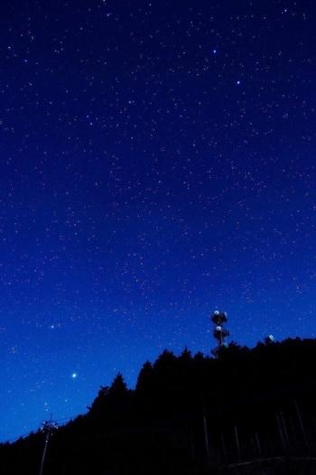 夜間は、宿泊利用者と星空観望会の予約者以外は入場できません。静かな山のてっぺんから見る星空の輝きは、息をのむほどの美しさ。