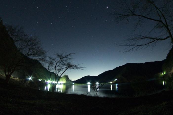 都内で星が見られるスポットとして有名なのが「奥多摩湖」。東京都の水源として多摩川をせき止めて作った人造湖で、遊歩道や史跡などがあり、1年を通して多くの観光客が訪れるスポットです。冬の見どころは、何と言っても星空。住宅地や駅から離れているので周囲の明かりが少なく、空いっぱいの星を見ることができます。