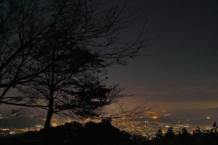 神奈川県秦野市の県道70号線沿いにある「ヤビツ峠」は、夜景と星空が一度に楽しめる絶景スポット。東京から最も近くにある峠のひとつで、東名高速の秦野中井ICから車で40分ほどです。