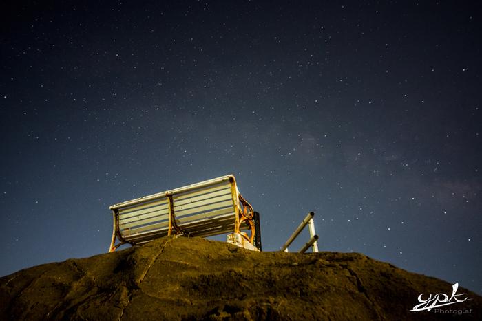岩の上のベンチは、天体観測の特等席。満天の星空を眺めていると、時間が経つのも忘れてしまいそうです。なお、ベンチの周りに照明などはないので、足元に気を付けてくださいね。