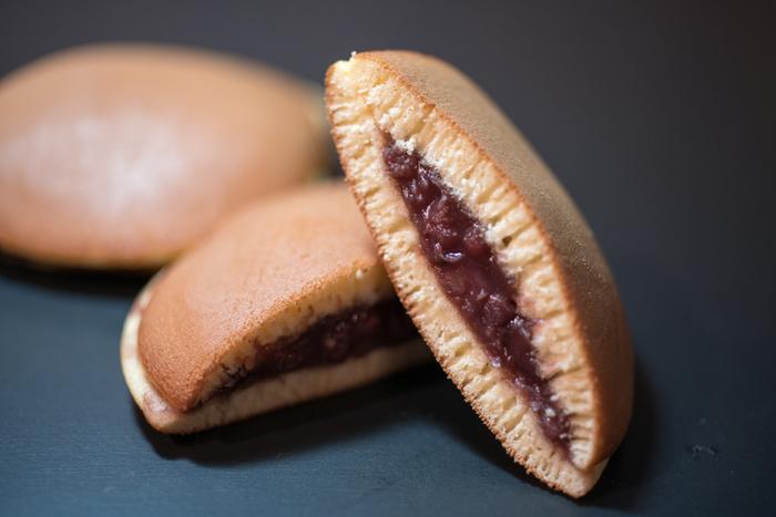 大正2年に上野で開店した和菓子店で、創業当初は菓子折のひとつひとつに「うさぎやは素人の菓子屋也」と始まる口上を入れていたそう。「素人だからこそ材料は最上のものを選んで、味を第一に、価格は安く」をお店の信条として心掛けています。