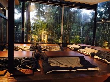 個室やカウンターなど、いくつか席がある中で寒い季節に人気なのが屋根付きのテラスこたつ席。ぽかぽか暖まりながら、旧安田庭園の緑を満喫することができます。