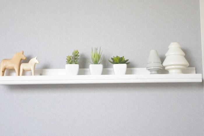 こちらはIKEAのアート用飾り棚です。シンプルで丈夫なので、汎用性も高く、飾るアイテムを選びません。棚の上に置くもののカラーを合わせておくと、すっきりと見えます。