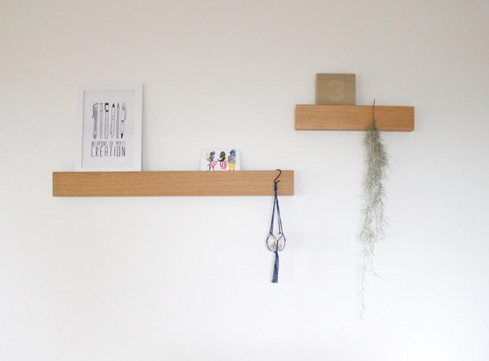棚よりもコンパクトに壁面収納を増やせるのが長押です。和室にあるものと思いがちな長押ですが、無印良品からこちらの商品が販売されるようになり、リビングで洋風に使いこなす方が増えてきました。ポストカードやグリーンを飾って、季節感をあらわしてみるといいですね。