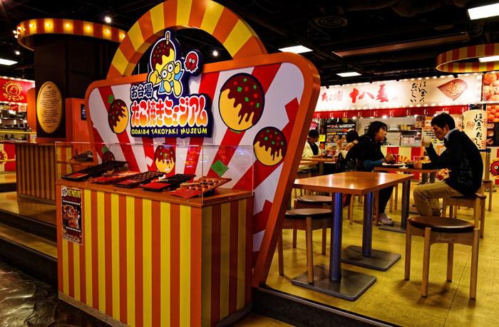「お台場たこ焼きミュージアム」は、たこ焼きの本場・大阪の名店5店舗が集った、体験型フードテーマパークです。180の席数があるフロアで、焼きたてのおいしいたこ焼きを堪能できます。