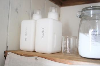 透明ラベルで作った自作のラベルを貼り付けて、酸素系漂白剤と、洗剤の2本を区別しています。