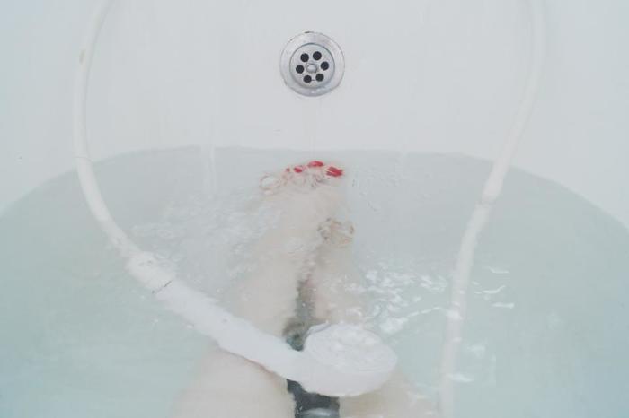 軽くかけ湯をしてから40度ほどの湯船に肩まで1~2分間浸かります。半身浴でもOKです。