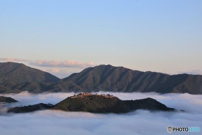 雲海に包まれたこの景色は天空に浮かぶ城と言われ、「天空の城」「日本のマチュピチュ」として有名になりました。ひと目この風景を見たいと多くの人が訪れます。このベストビュースポットは、竹田城跡の対岸にある立雲峡。雲海が出やすい時期は晩秋9~11月の明け方~午前8時頃と言われているので、早起きして見に行くのがおすすめです。 (平成31年1月4日(金)から2月28日(木)までは竹田城跡は閉山となります)