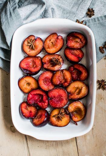 アップルパイのリンゴ、コンポートやジャムなど…火の通ったフルーツの美味しさは、誰もが知るところ。お砂糖などは加えなくても、多くの果物は火を通すことで甘味が増すので、とっておきのスイーツに限らず普段から、焼きフルーツに挑戦してみたいですね。