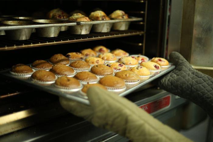 一番お手軽な方法は、オーブンにお任せすること。180~200℃で、じっくり焼き上げるので、表面だけ焦げてしまう心配も少なめです。まるごと焼く場合の加熱時間は、果物の大きさによって変わりますが、りんごで20分程度。