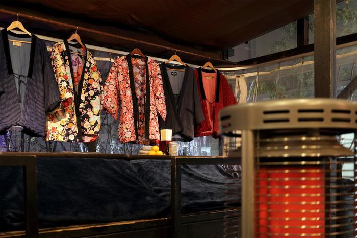 気温が下がる日は、店内の半纏を着てぬくぬくすることも。男女それぞれいろいろな柄があってレトロモダンな気分を味わえます。