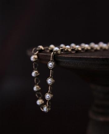 繊細で小粒なパールがいくつも連なった美しいブレスレット。希少なパールを丁寧に埋め込んで作られた、シンプルなブレスレットではありますが、パールの美しさや身に着けたときの輝きをより一層引き立てくれるデザインです。