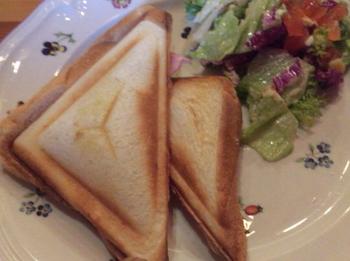 アツアツ焼きたての「ハムとチーズのホットサンド」は、軽く食べたい時にちょうど良いサイズ。香ばしい絶妙な焼き加減です。